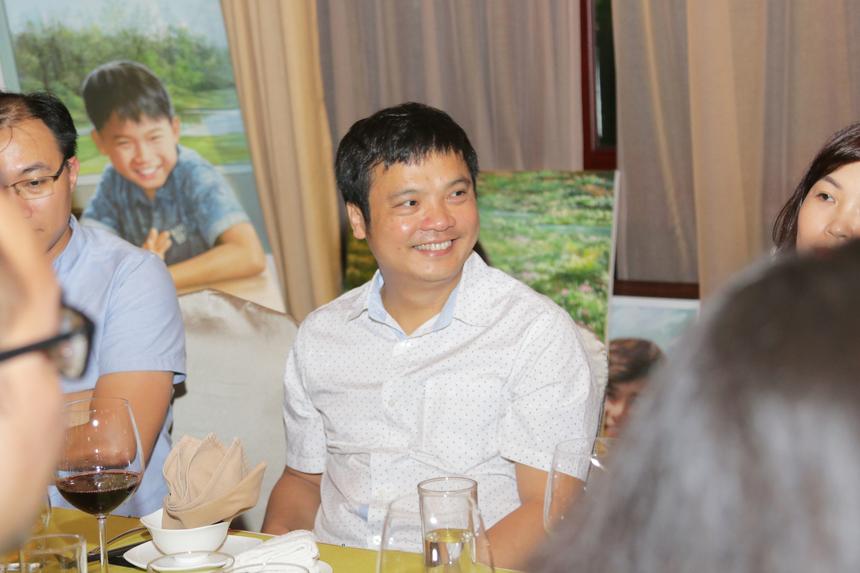 Chia sẻ câu chuyện với những đồng nghiệp Leng Keng, TGĐ Nguyễn Văn Khoa cho rằng, lãnh đạo luôn là những người cần đi trước, làm gương cho mọi người. Anh hy vọng bữa tiệc này sẽ là khởi nguồn cho những ý tưởng Leng Keng được bùng cháy.