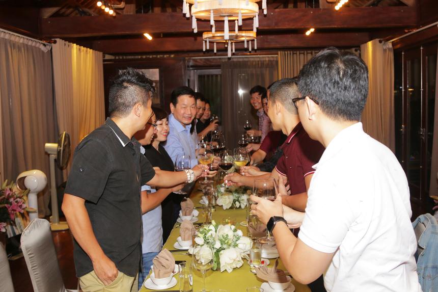 Trong không gian phòng khách thoảng hương của gỗ và hoa, Chủ tịch Trương Gia Bình xuất hiện với nụ cười lớn quen thuộc chào đón những hội viên Leng Keng quý mới - những người được anh gọi là K2. TGĐ Nguyễn Văn Khoa và GĐ Nhân sự Chu Quang Huy cùng tham dự bữa tiệc quan trọng.