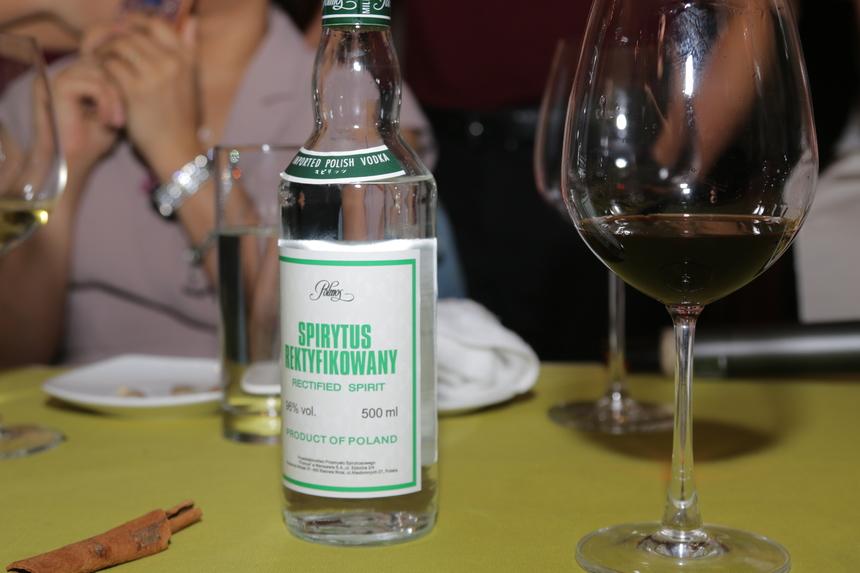 """Đặc biệt, trong bữa tiệc, các cá nhân OKR xuất sắc còn thưởng thức một loại rượu đặc biệt được mệnh danh là """"Vua của các loại rượu"""" - Spirytus Rektyfikowany (96% độ cồn). Sau khi uống, mỗi người dành 2 – 3 phút để cảm nhận đường đi của rượu. """"Cảm giác như đang nhảy múa trong bụng nhưng 'đã'""""."""