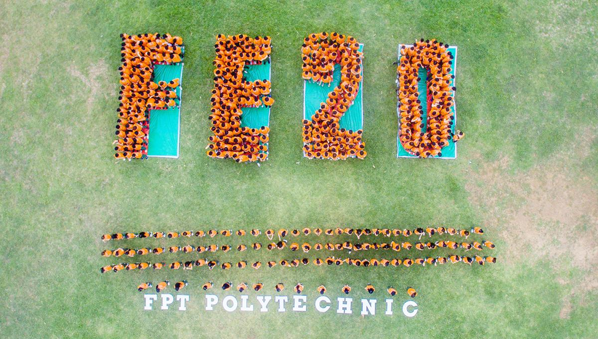 """Chương trình """"Hát mãi tuổi 20"""" diễn ra tại Trung tâm Giáo dục quốc phòng – An ninh, thuộc trường Quân sự Quân khu V, Hòa Cầm, TP Đà Nẵng, từ ngày 23 đến 24/8. Toàn thể CBNV, giảng viên và gần 500 tân sinh viên FPT Polytechnic Đà Nẵng còn tham gia hoạt động xếp chữ FE 20 và gấp máy bay sắc màu."""