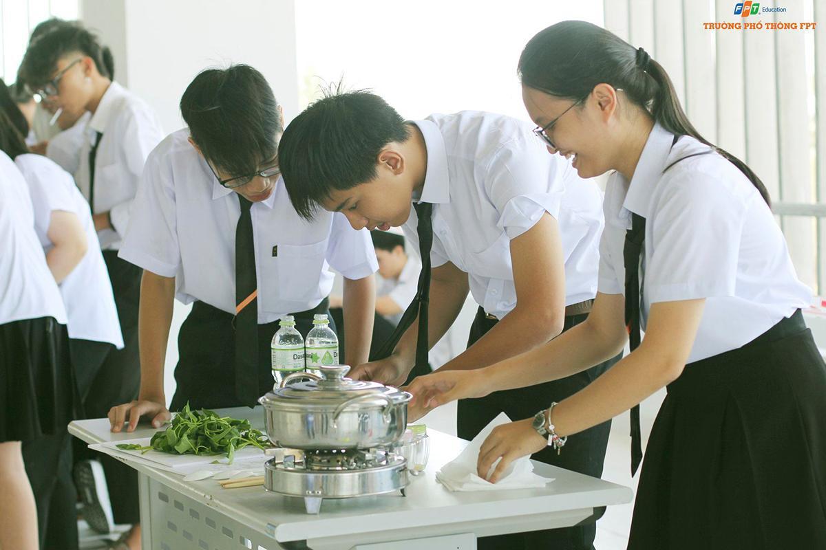 Mục đích của tuần định hướng nhằm giúp học sinh sớm hoà nhập được với môi trường mới và nắm thông tin về trường cũng như phương pháp học tập cần thiết. Một nhóm học sinh làm quen với cách chế biến món ăn.