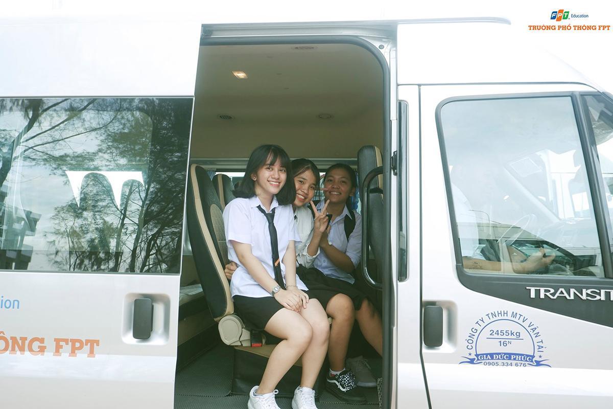 Như thường lệ, học sinh được nhà trường bố trí xe đưa đón tận nơi nhằm đảm bảo an toàn cũng như nâng cao chất lượng giáo dục tại FPT.