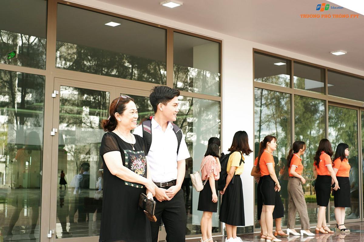 Tuần định hướng có sự tham gia của học sinh khối lớp 10, 11 và 12. Để tìm hiểu thông tin và môi trường đào tạo của trường, nhiều phụ huynh đích thân dẫn con em đến campus nằm trong Khu đô thị công nghệ FPT.