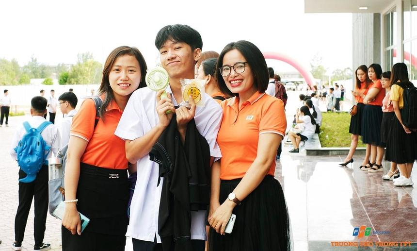 Niềm vui của học sinh khi gặp lại cán bộ, giáo viên FPT School cơ sở Đà Nẵng sau thời gian nghỉ hè. Tại campus mới, nhà trường đã huy động toàn thể cán bộ tham gia công tác hướng dẫn và giới thiệu để học sinh nhanh chóng làm quen.