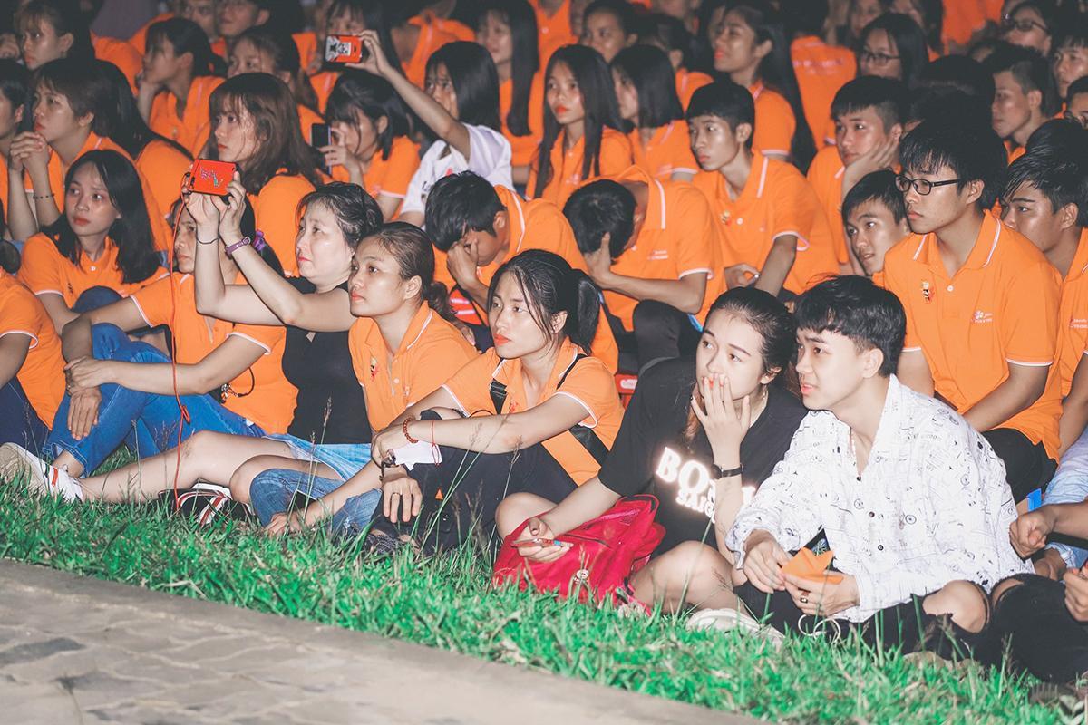 Đông đảo cán bộ, giảng viên và sinh viên nhà trường đã có mặt tại Trung tâm Giáo dục quốc phòng – An ninh, thuộc trường Quân sự Quân khu V, Hòa Cầm, để theo dõi và cổ vũ cho các tiết mục biểu diễn.
