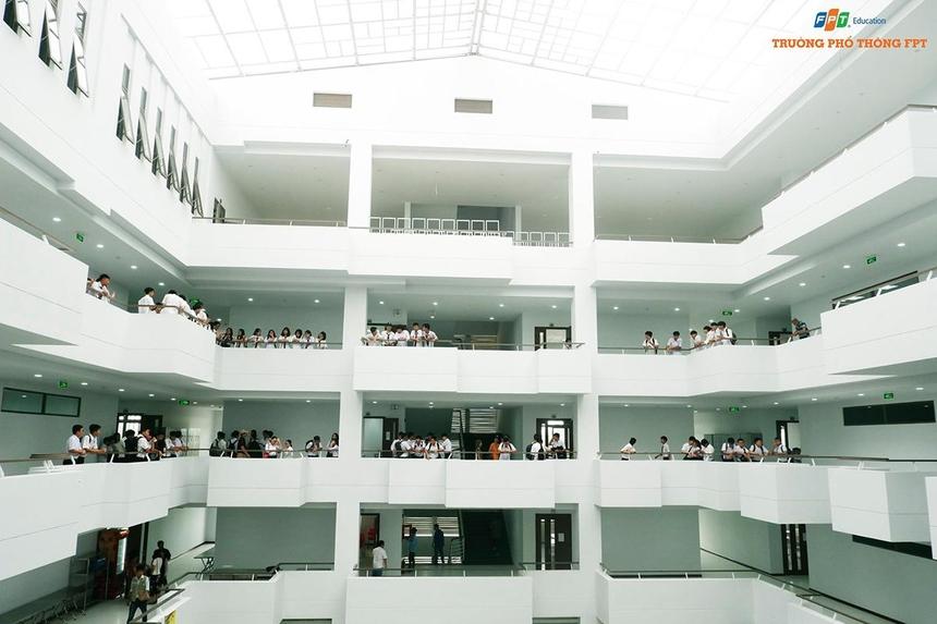 Ngay khi có mặt tại nôi trường học tập mới, học sinh nhanh chóng tỏa đi khắp nơi để khám phá và tìm hiểu không gian hiện đại và đẹp mắt. Đây là công trình có kiến trúc hiện đại, kết hợp hài hòa với thiên nhiên. Nơi đào tạo các kỹ sư và kỹ thuật viên để đóng góp cho sự phát triển của Đà Nẵng nói riêng và Việt Nam nói chung trong tương lai.