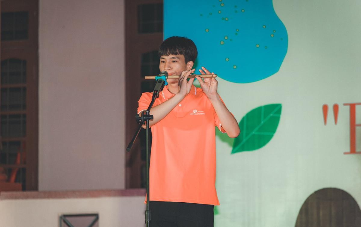 """Tiết mục thổi sáo """"Chào em cô gái Lam Hồng"""" của sinh viên FPT Polytechnic Đà Nẵng."""