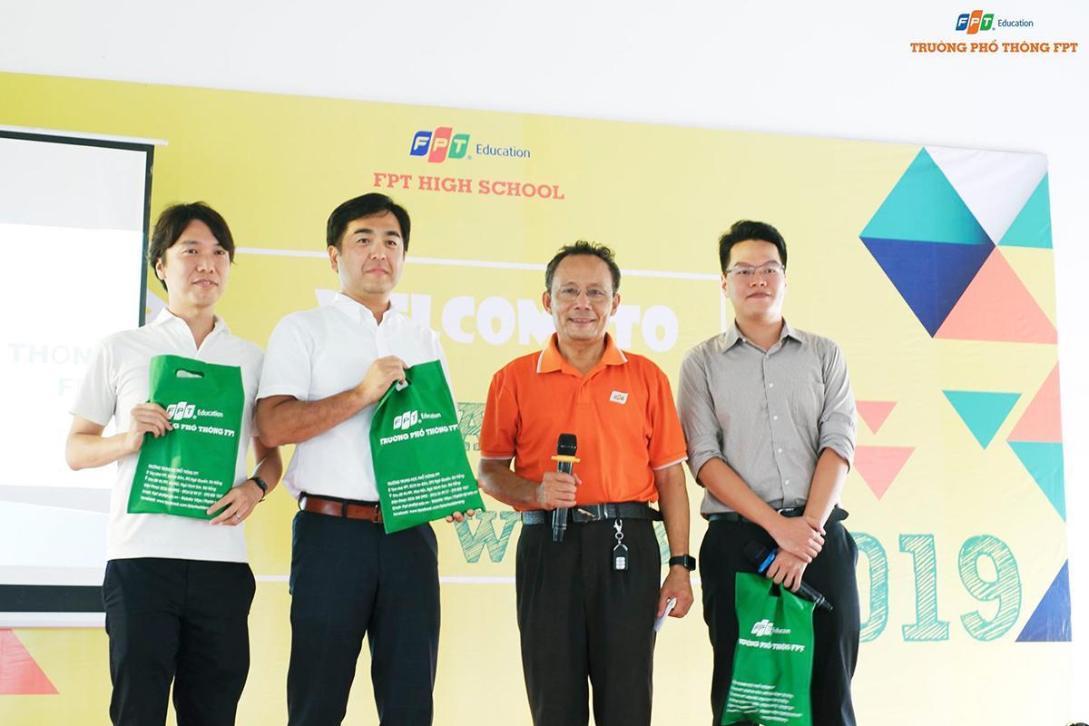 Hiệu trưởng FPT School cơ sở Đà Nẵng - anh Lê Văn Duẫn cho biết, cơ sở mới là điều kiện lý tưởng để học sinh rèn luyện và phát triển toàn diện. Thời gian qua, nhà trường cùng các đơn vị liên quan đã phối hợp chặt chẽ, làm việc tích cực để đưa campus đi vào hoạt động, đảm bảo đúng tiến độ cho năm học mới.