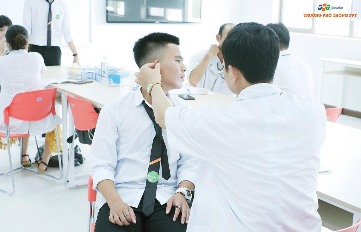 Ngày 27/8, học sinh lớp 10 nhận đồng phục, tham gia khám sức khỏe và chụp ảnh thẻ để chuẩn bị bước vào môi trường học tập mới.