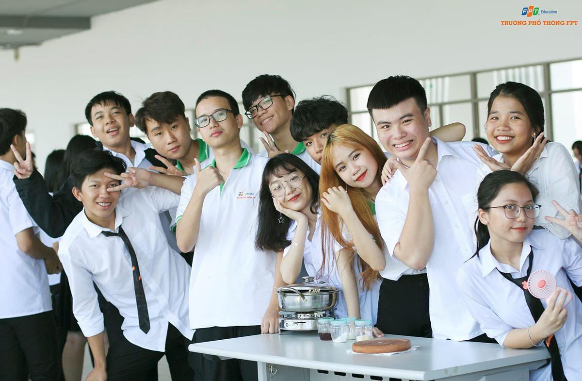 Lần đầu tiên trải nghiệm môi trường học tập mới, các học sinh tỏ ra phấn khích và vui vẻ cùng nhau.