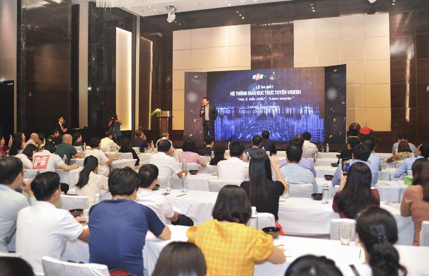 Sáng 27/8, FPT chính thức ra mắt hệ thống học tập trực tuyến VioEdu, trợ lý giáo dục thông minh ứng dụng trí tuệ nhân tạo đầu tiên tại Việt Nam. Đây là sản phẩm công nghệ giáo dục (Edtech) được kỳ vọng sẽ mang lại lợi ích cho học sinh, thầy cô giáo, phụ huynh và cả nhà trường, trong đó học sinh là đối tượng trung tâm.