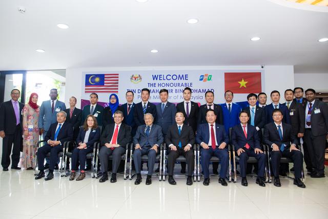 Đoàn Thủ tướng Malaysia, lãnh đạo Bộ Khoa học và Công nghệ, Bộ Ngoại Giao, Bộ Giáo dục và Đào tạo và hơn 100 sinh viên, CBNV, lãnh đạo FPT cùng chụp ảnh lưu niệm.