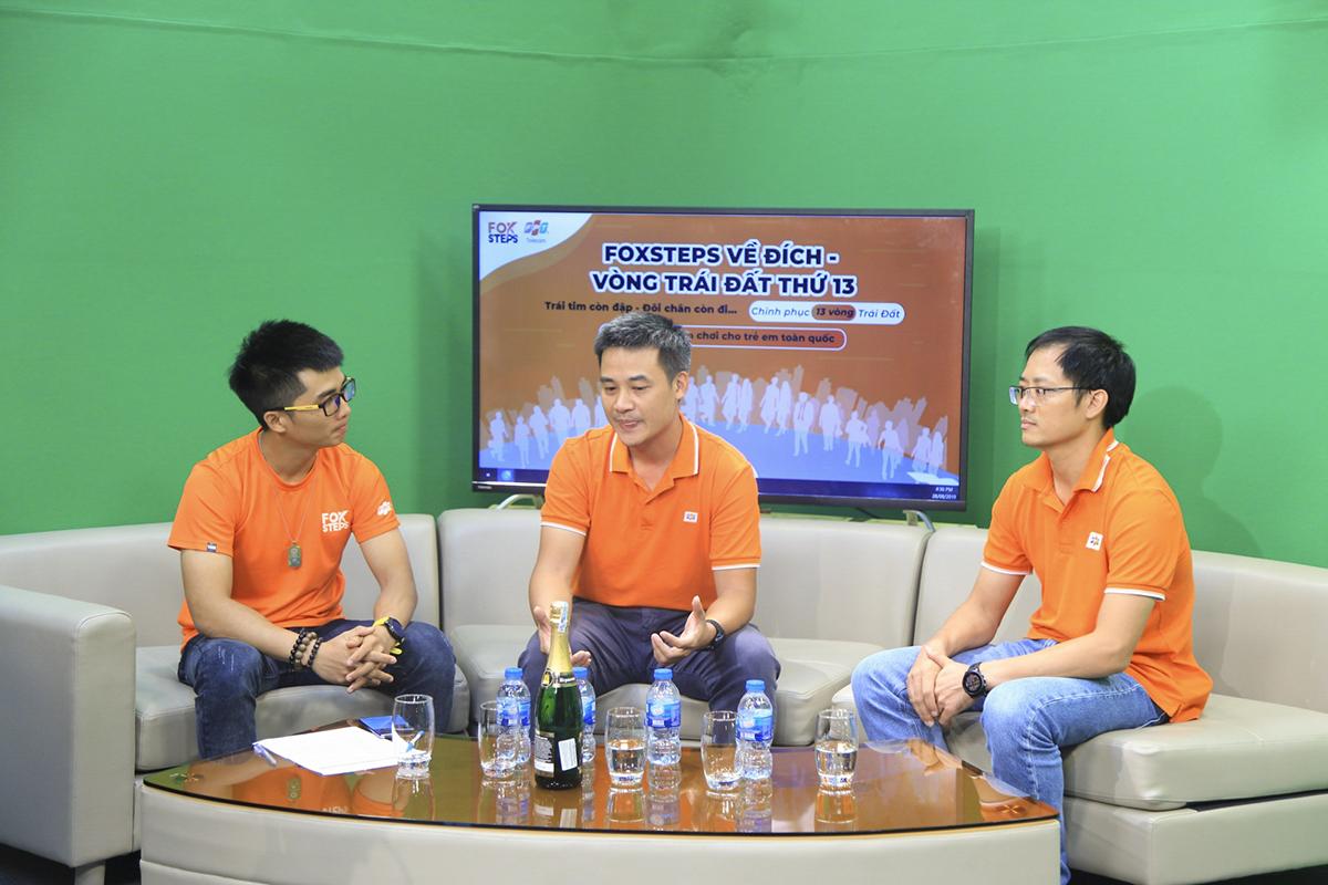 Từ 16h, cầu truyền hình nhà 'Cáo' mọi miền đã lên sóng. Tại Studio của Truyền hình FPT ở Tân Thuận, PTGĐ FPT Telecom Chu Hùng Thắng chia sẻ về hành trình FoxSteps. Trong số các lãnh đạo của FPT Telecom, anh Thắng là một trong những người chạy nhiều nhất với hơn 155km suốt chiến dịch.
