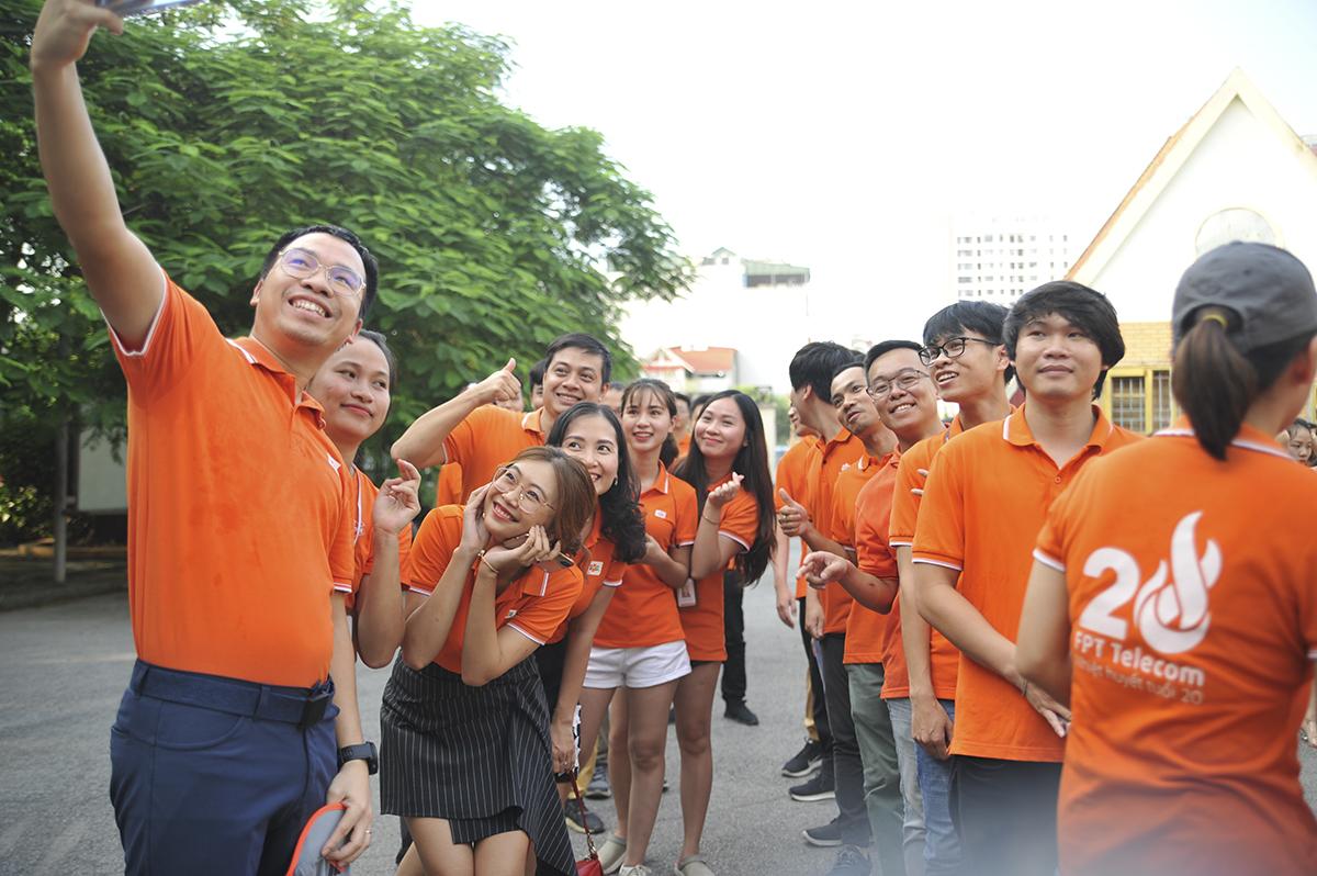 Trong khi đó, ở phía đầu cầu Hà Nội, các thành viên nhà Cáo cũng có mặt từ rất sớm ở công viên Cầu Giấy để check-in trước khi hoàn thành FoxSteps.