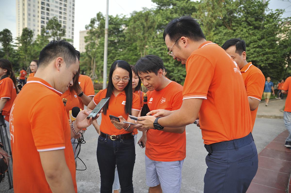 Chủ tịch Chu Thanh Hà cũng tham gia thời khắc lịch sử của chiến dịch FoxSteps.Chỉ cần số nhích lên một chút, sẽ có người hô vang lên để tất cả cùng biết.