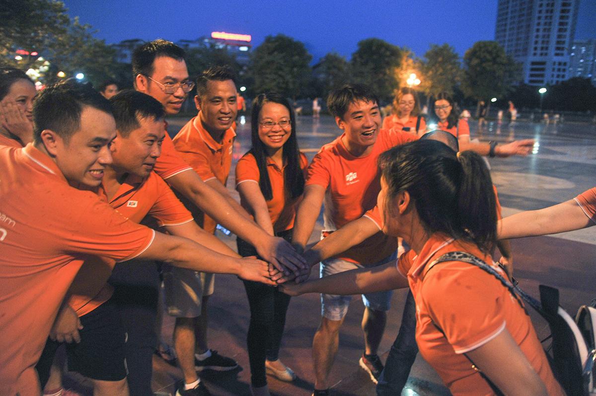 Chủ tịch Chu Thanh Hà cùng chia vui với các thành viên nhà Viễn thông khi cột mốc kỷ lục đã hoàn thành. Chị Hà bày tỏ kỳ vọng người FPT Telecom tiếp tục duy trì sự nhiệt huyết, cùng nhau chinh phục các vòng Trái đất tiếp theo, trở thành hoạt động thường ngày hướng đến sức khoẻ.