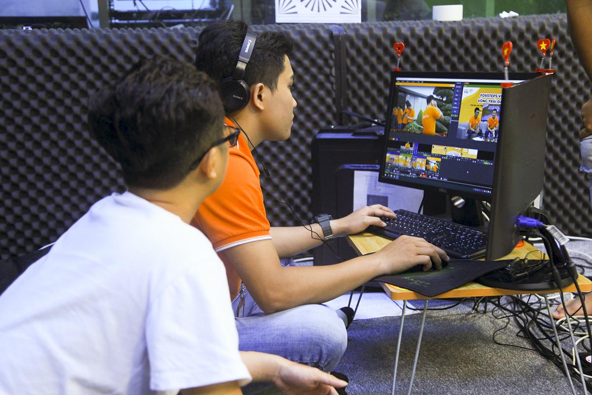 Để phục vụ cho người nhà Cáo có thể trực tiếp theo dõi diễn biến chiến dịch, đội ngũ truyền thông đã tiến hành livestream và thực hiện cầu truyền hình giữa hai điểm cầu Hà Nội - TP HCM và một số tỉnh/thành để cập nhật tình hình hoàn thành 13 vòng Trái đất.