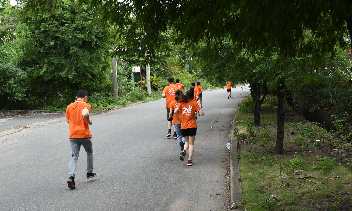 """Trong khi hàng nghìn đồng nghiệp Tân Thuận đi theo đoàn thì nhóm nhân sự Ban Tài chính (FAF) tranh thủ chạy ở các đường nhỏ quanh công ty để chạy số. """"Nhanh đi, thấy mấy trung tâm kia đang cập nhật số vượt mình rồi kìa"""", người FAF vừa chạy vừa xem FoxSteps và hô hoán khi các đối thủ vượt lên trong vòng đua cuối."""