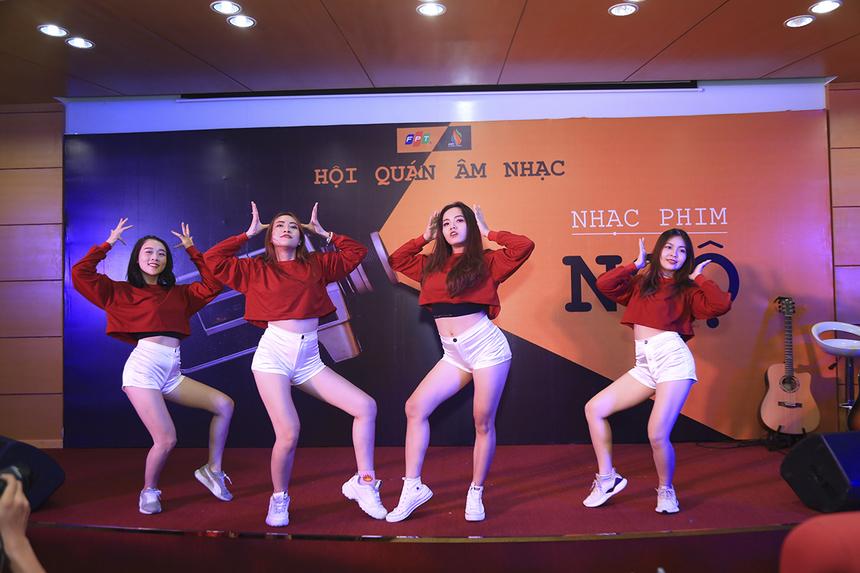 """Các vũ công nóng bỏng của Đoàn Văn công FPT hâm nóng chương trình bằng màn vũ đạo bốc lửa trong bản nhạc nền """"Low"""" của bộ phim Stepup 2."""