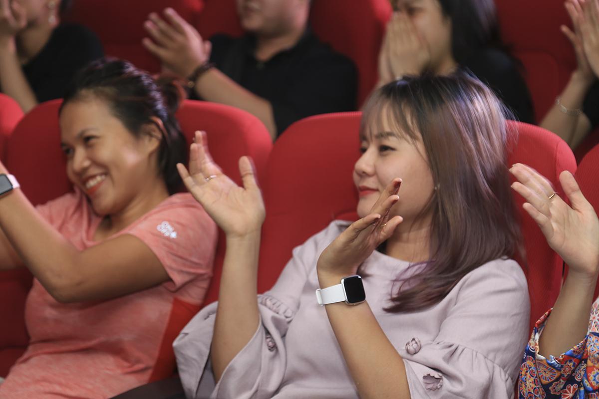 Gần 100 khán giả nhà F chăm chú và không ngớt cổ vũ cho ca sĩ khách mời.