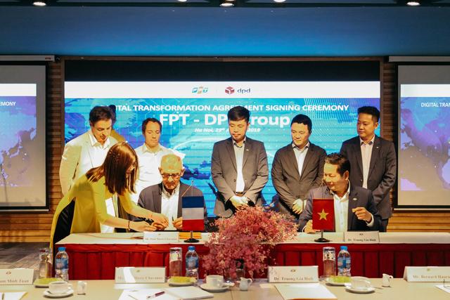 Biên bản ghi nhớ hợp tác được ký giữa đại diện đối tác và người đứng đầu FPT.