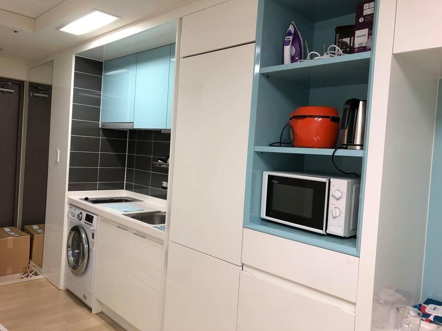 Phòng ở gồm các thiết bị hiện đại như: điều hòa, máy giặt, lò vi sóng, bếp nấu. Bên cạnh đó, FPT Korea cấp thêm: chăn, đĩa - bát, ấm đun nước, bàn ủi quần áo,...