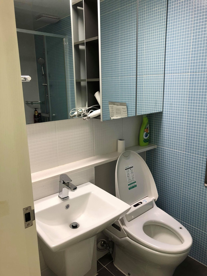 Nhà vệ sinh cũng đầy đủ tiện nghi, nước nóng - lạnh.