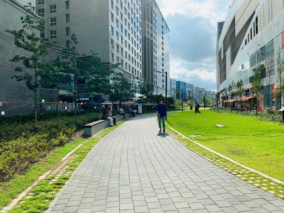 Tòa nhà cũng có nhiều nhà hàng, địa điểm vui chơi cho CBNV onsite. Từ 3 nhân sự, FPT Korea tăng 25 người. Từ một khách hàng ban đầu là LGE, hiện công ty có gần 20 khách hàng, trong đó nhiều tập đoàn lớn. Số lượng kỹ sư ở Việt Nam làm việc cho các dự án của FPT Korea khoảng 600-700 người. Năm 2016, doanh thu của FKR là 5,5 triệu USD, đến năm 2018 tăng lên 11 triệu USD.Dự kiến hết năm 2019, doanh số của FPT Korea sẽ đạt 17 triệu USD.
