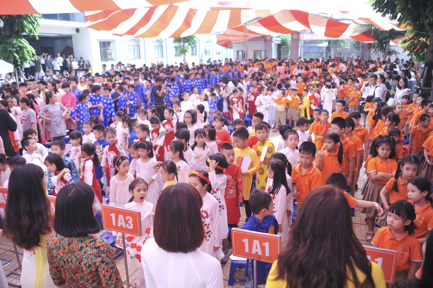 """Kết thúc phần chào đón tân học sinh, gần 1.000 """"nho sinh"""" cùng nhau thực hiện nghi lễ bái sư với ý nghĩa tôn sư trọng đạo."""