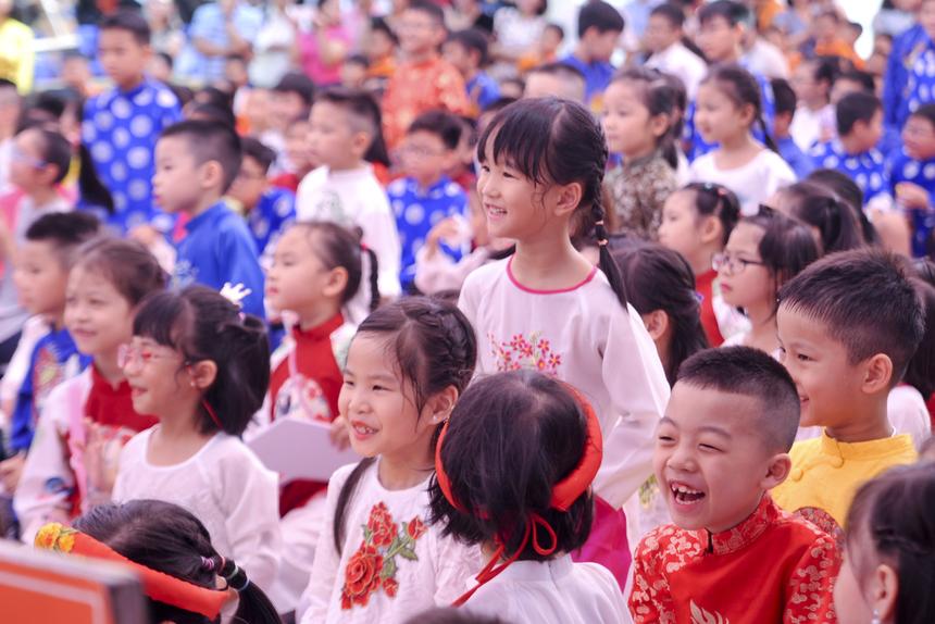 Trước khi chính thức bước vào phần lễ khai giảng, học sinh nhà F cùng nhau chào đón các tân học sinh khối 1 và 6. Sau đó, các em được trải nghiệm văn hóa truyền thống với nghi lễ bái sư.