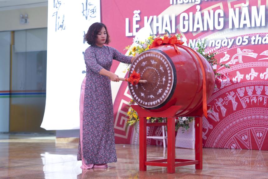 Hiệu trưởng Phạm Thị Khánh Ly thực hiện nghi lễ đánh trống khai trường.