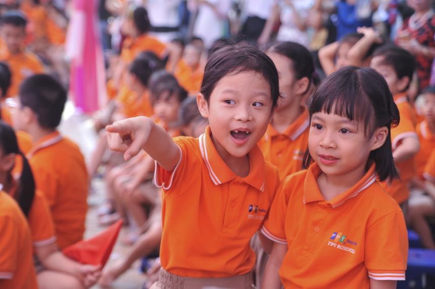 Cô bé học sinh khối 2 hớn hở giới thiệu với bạn khi thấy người thân trong gia đình cũng đưa con đi học cùng trường.