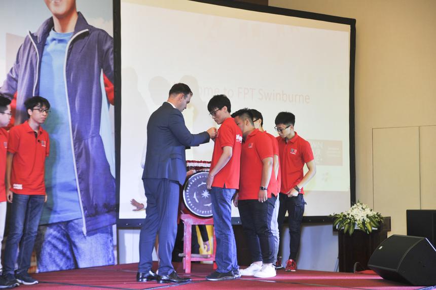 Hiệu trưởng Hoàng Việt Hà và Giáo sư Alex Stojcevski thực hiện nghi lễ trao huy hiệu cho các tân sinh viên.