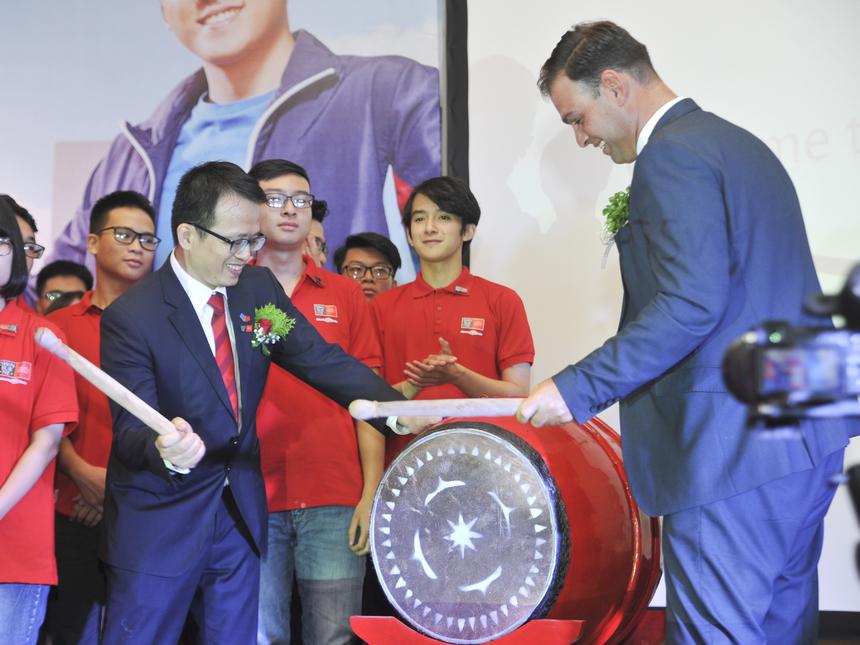 Tiếng trống vang lên báo hiệu khởi đầu mới đầy hứa hẹn của ĐH Swinburne Việt Nam.