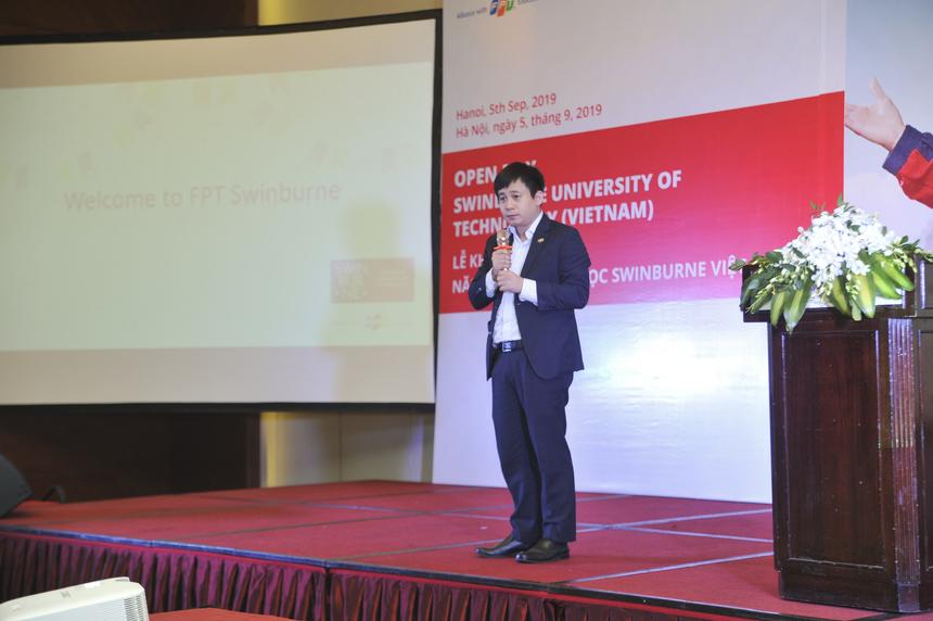 """Giám đốc Công nghệ Tập đoàn FPT Lê Hồng Việt nhấn mạnh, FPT sẽ phối hợp và hỗ trợ cho sinh viên ĐH Swinburne Việt Nam: """"FPT sẽ tạo điều kiện thực hành, thực tập, chia sẻ các cập nhật mới nhất về công nghệ và mô hình kinh doanh để sinh viên tiếp cận. FPT cũng cung cấp đôi ngũ chuyên gia tham gia giảng dạy. Ví dụ như tôi đây. Tôi sẽ cam kết chia sẻ kinh nghiệm về công nghệ và kinh doanh cho các bạn để tăng tính thực tiễn của học tập. Ngoài ra, FPT luôn đảm bảo việc làm trong ngành công nghệ thông tin và tạo điều kiện để các bạn trẻ tìm kiếm cơ hội việc làm toàn cầu""""."""