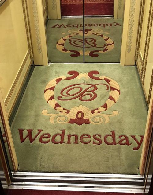 Khách sạn cho biết hôm nay là thứ mấy bằng cách đổi thảm thang máy hàng ngày.