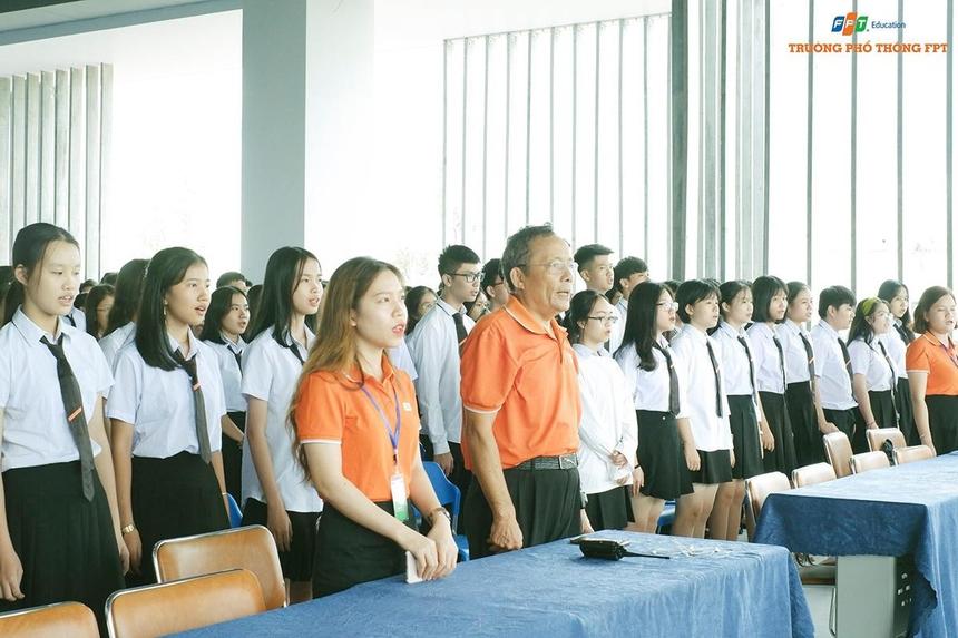 Nhà trường áp dụng phương châm khai giảng nhanh, gọn và không rườm rà. Trong thời gian không quá 45 phút, cán bộ, giáo viên và học sinh trải qua những nghi thức cơ bản nhưng vẫn đảm bảo tính thiêng liêng và tràn đầy hứng khởi.