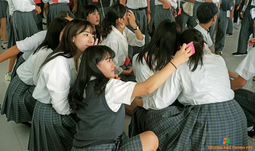 Lần đầu tiên trải nghiệm tại ngôi trường FPT Đà Nẵng, các học sinh Nhật Bản tranh thủ lưu lại khoảnh khắc bên nhau.