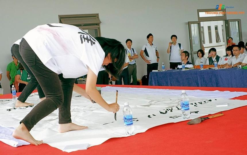 Học sinh Nhật Bản đã có phần trình diễn viết thư pháp đẹp mắt và thú vị trong buổi giao lưu. Đáp lại, học sinh FPT đã mang đến những phần trình diễn văn nghệ vui nhộn và dễ thương, được lên kịch bản và tập luyện trước đó.