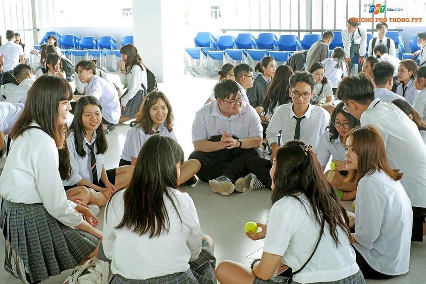 Học sinh hai trường được chia ra thành nhiều nhóm nhỏ để thuận tiện cho việc làm quen cũng như tham gia trò chơi banh thẻ - trò chơi truyền thống của người Việt Nam.