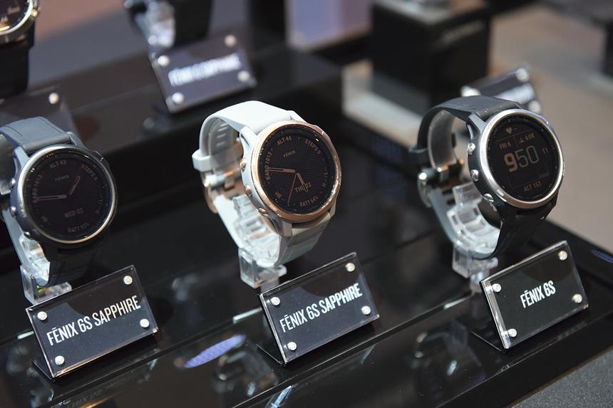 Dòng Fenix 6 series bao gồm các phiên bản Fenix 6S, Fenix 6, Fenix 6X. Trong đó Fenix 6X là chiếc đồng hồ thông minh cấu hình cao cấp nhất với 2 lựa chọn bản Sapphire và Pro Solar. Với Fenix 6S, Fenix 6 sẽ bao gồm phiên bản thường và Sapphire.