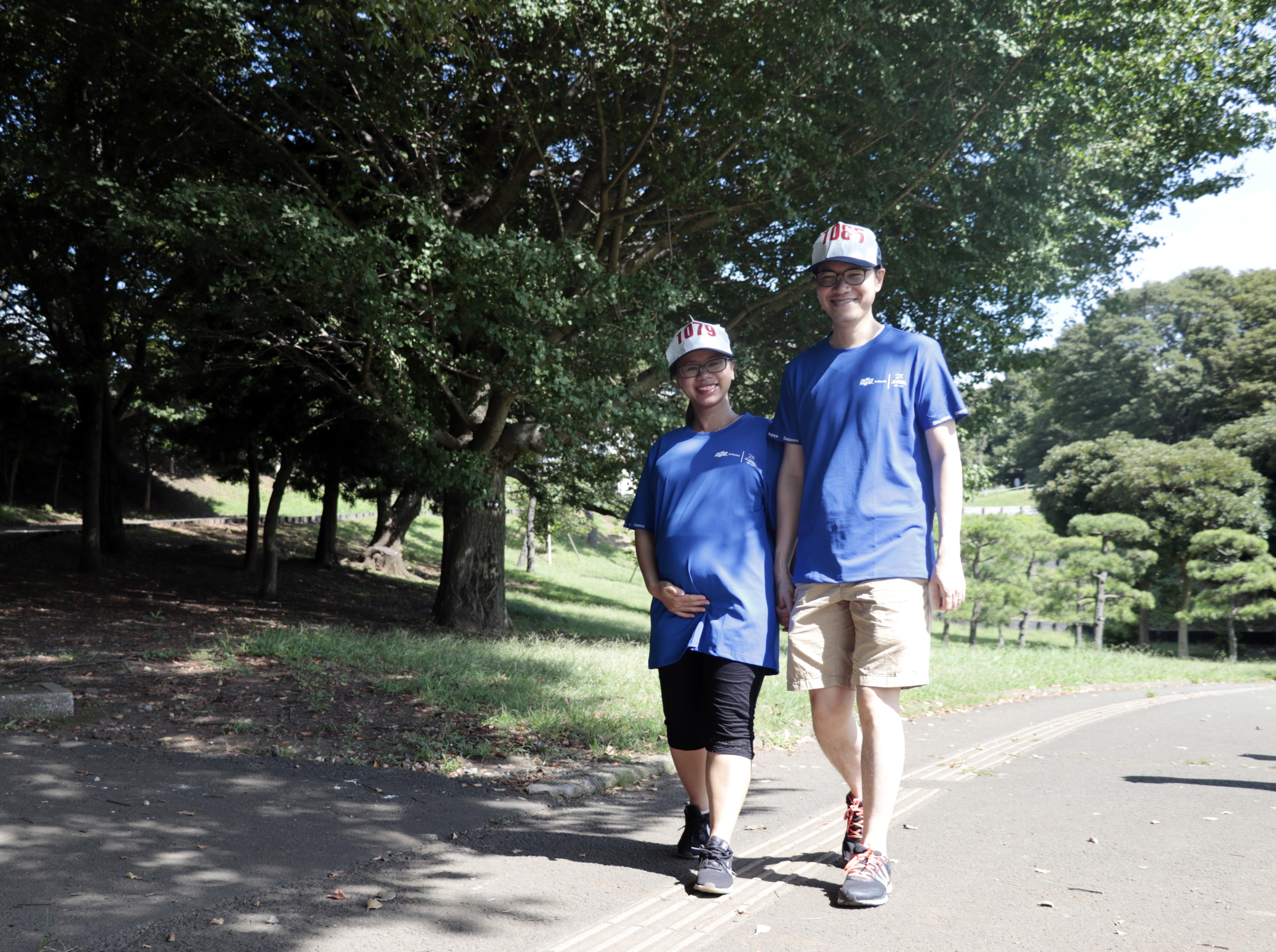 """Dù đang mang bầu 7 tháng nhưng chị Lê Thị Phương Anh (FPT Japan) vẫn đăng ký tham gia chương trình cùng ông xã Nguyễn Tiến Quyền. Chị Anh cho hay, đi bộ để rèn luyện sức khỏe, tinh thần và sẵn sàng cho cuộc """"vượt cạn"""" sắp tới."""