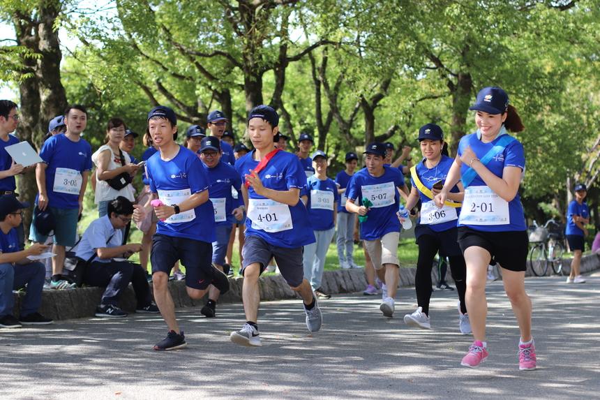 """Tại FPT Osaka, """"FJP Family Run"""" thu hút khoảng 70 người tham dự. Giải được tổ chức dưới hình thức chạy tiếp sức đường dài – Ekiden cự ly Half marathon (21km). Theo đó, mỗi đội (7 người) cùng nhau hoàn thành 21 lượt chạy, mỗi lượt chạy là 1 km/vòng."""