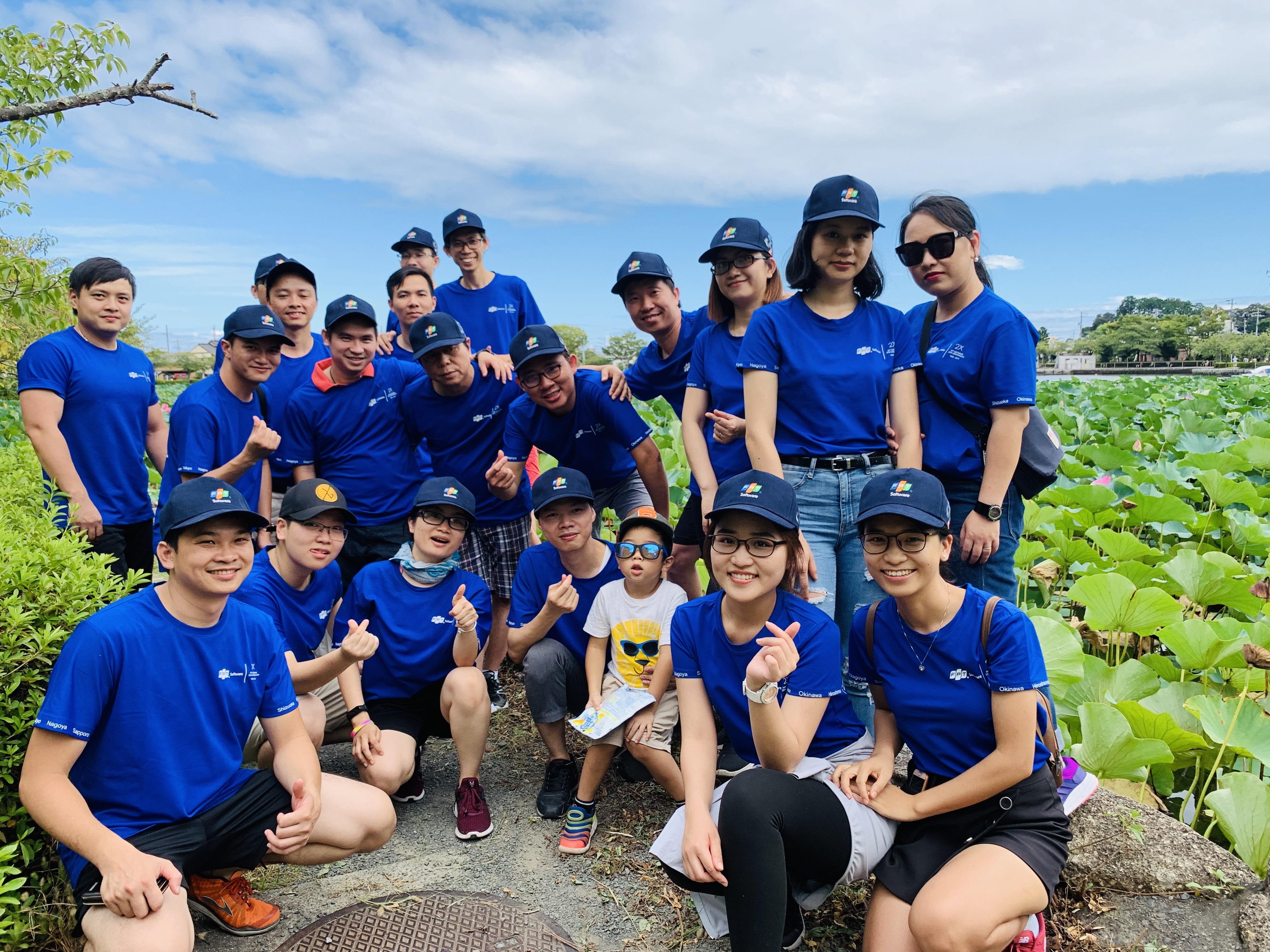Các vận động viên chi nhánh FPT Shizuoka đã vượt qua gần 80km để đến được địa điểm tập kết hưởng ứng phong trào. Cả đoàn trong công viênRengeji - nơi có hồ sen rộng lớn.