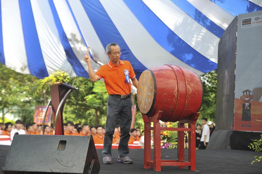 Anh Nguyễn Khắc Thành thực hiện nghi thức đánh trống khai trường.