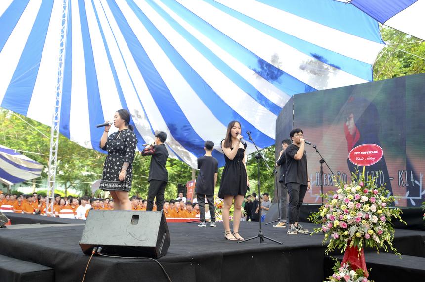 Kết thúc phần lễ, các CLB của ĐH FPT lần lượt lên sân khấu thể hiện tài năng. Mở đầu là CLB Melody với phần trình diễn acapella.