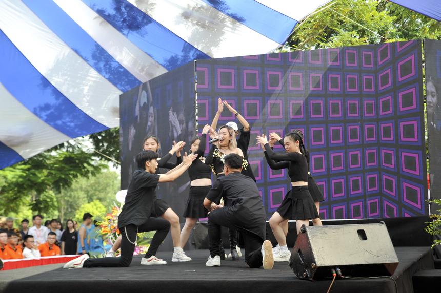 Quán quân Học bổng tài năng 2017 Trần Hồng Diệu Linh khoe giọng hát khỏe khoắn cùng màn múa phụ họa của CLB Dance Soleil Crew.