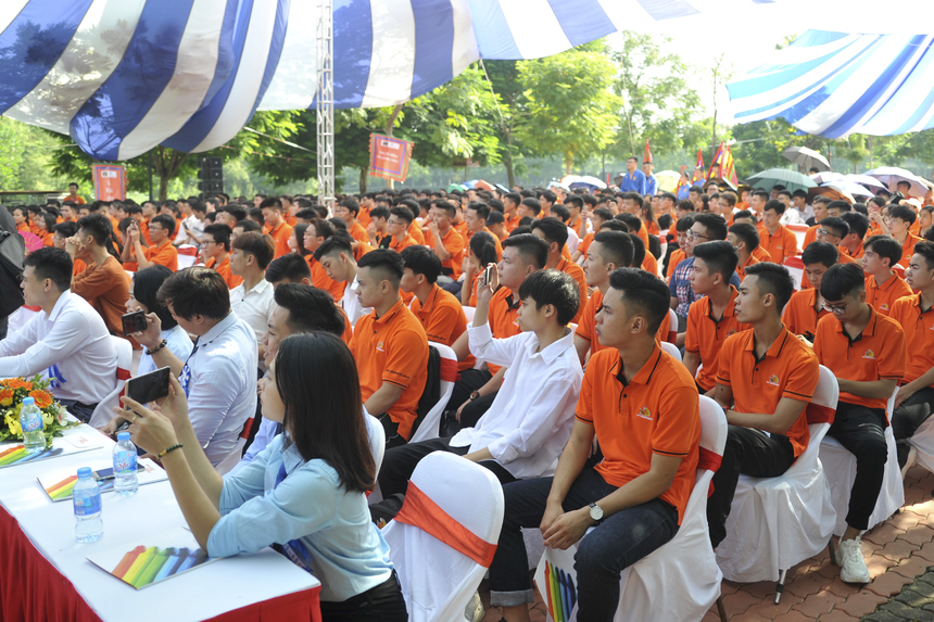 """Sáng Chủ nhật (ngày 8/9), gần 3.000 tân sinh viên K15 đã có mặt tại ĐH FPT Hà Nội để tham dự lễ khai giảng với chủ đề """"Ao làng mở hội đón sinh đồ""""."""