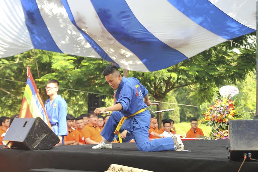 """Mở đầu phần lễ, """"đặc sản"""" Vovinam của Tổ chức Giáo dục FPT được mang lên sân khấu trình diễn bởi các giảng viên và CLB Vovinam của trường."""