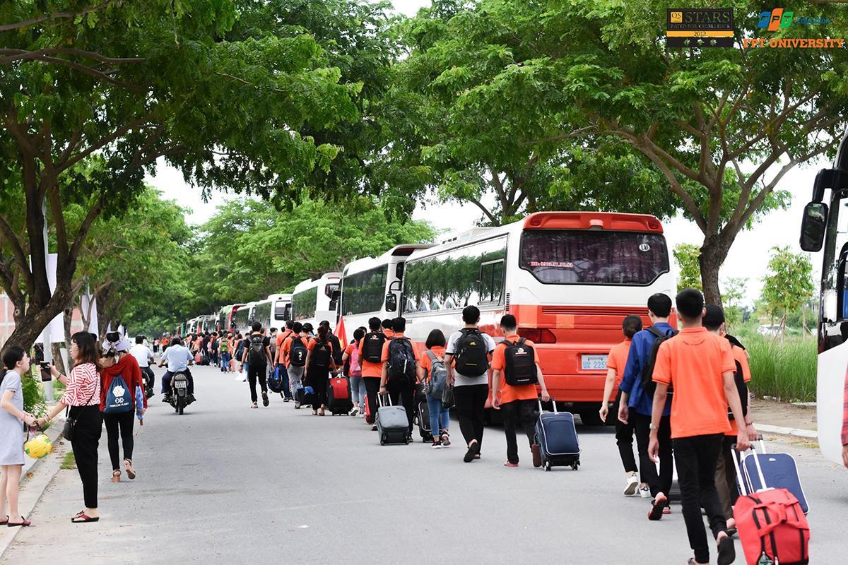 Hai ngày 8 và 9/9, campus Tổ chức Giáo dục FPT nằm trong Khu đô thị công nghệ FPT, quận Ngũ Hành Sơn, TP Đà Nẵng, lần đầu tiên đón hàng nghìn sinh viên ĐH FPT nhập học.